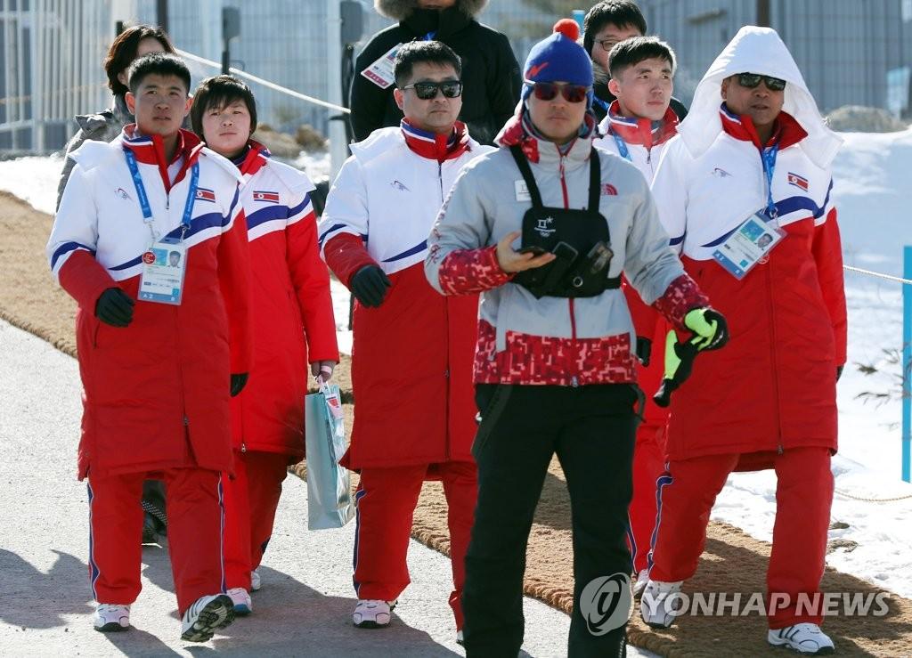朝鲜越野滑雪队检查比赛场地