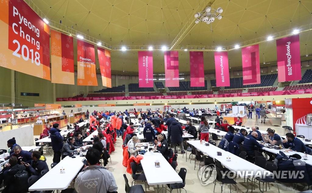 各国记者参观平昌奥运村餐厅