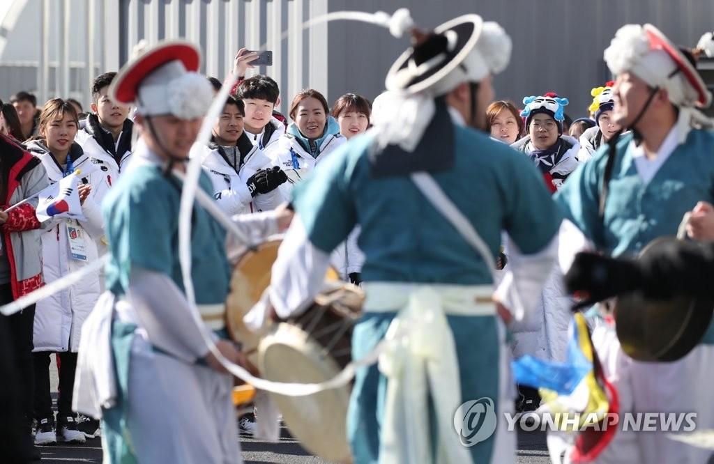 2月7日,在江陵运动员村,韩国体育代表团正在观看四物游戏表演。(韩联社)