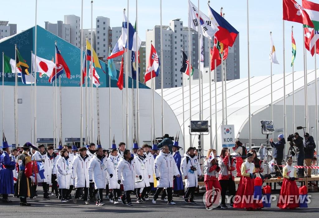 2月7日上午,在江陵运动员村,韩国代表团正在入场。(韩联社)