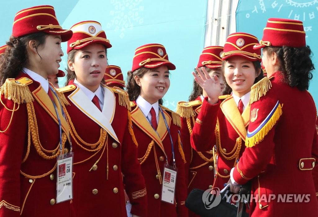 朝鲜拉拉队参加入村仪式