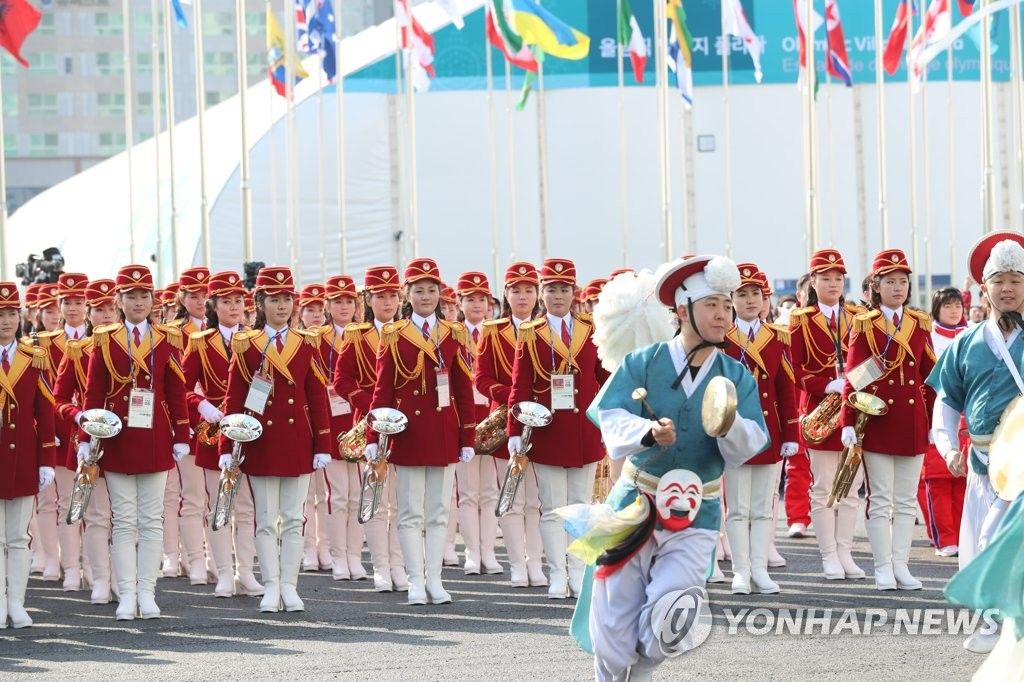 朝鲜拉拉队观看韩方文艺演出