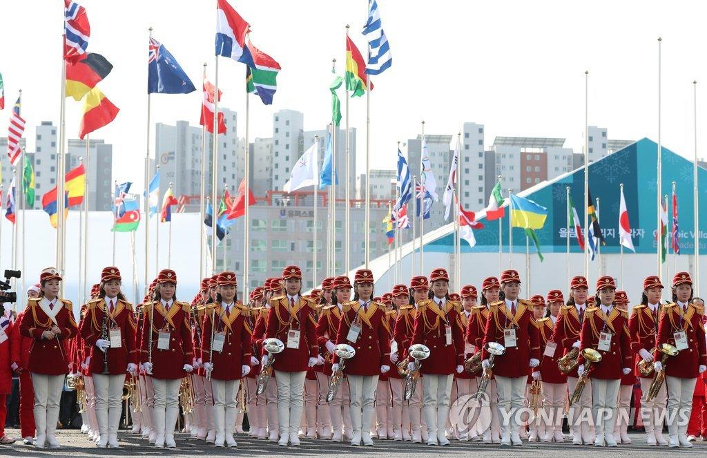 朝鲜拉拉队整装待发准备演出