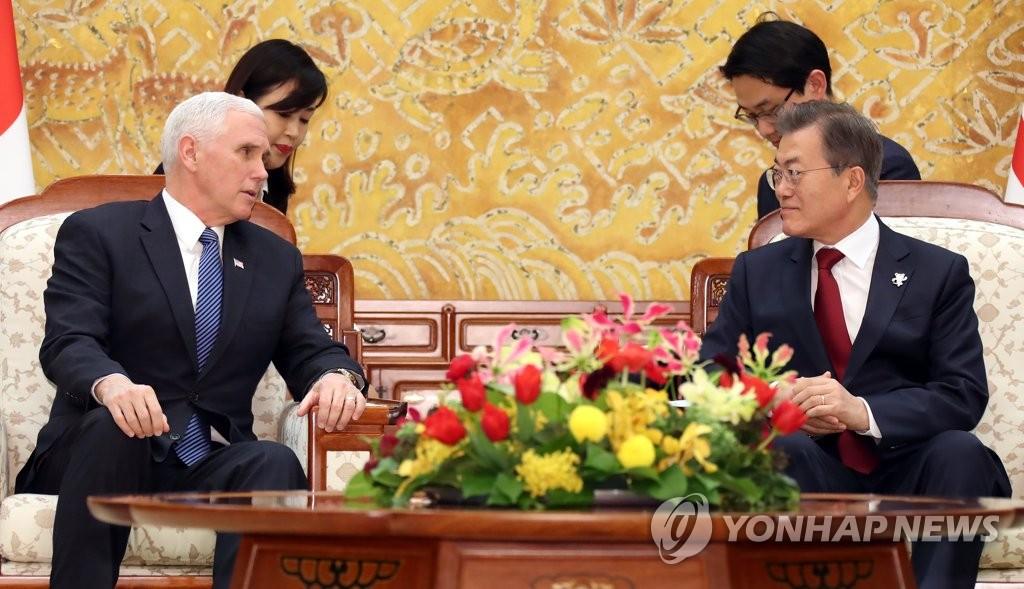 2月8日,在青瓦台,韩国总统文在寅(右)会见美国冬奥代表团团长、副总统迈克·彭斯。(韩联社)