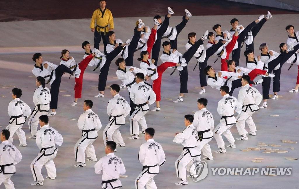 资料图片:2018年2月9日,在韩国平昌,韩朝跆拳道示范团举行联合演出,为2018平昌冬奥会开幕式预热。(韩联社)