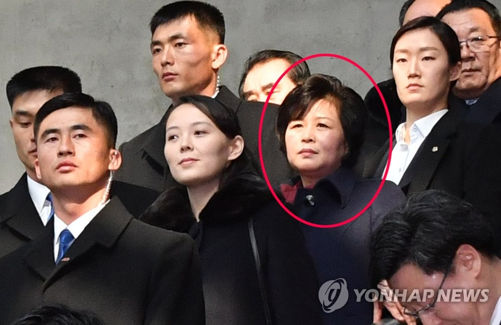 资料图片:在平昌冬奥期间,金圣惠(红圈)陪同劳动党第一副部长金与正访韩。(韩联社)