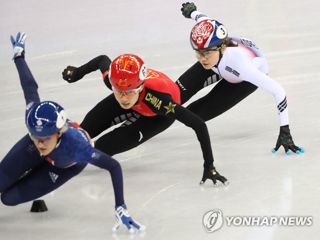 2月10日下午,在江陵冰球中心,沈锡希(右)在比赛中。(韩联社)