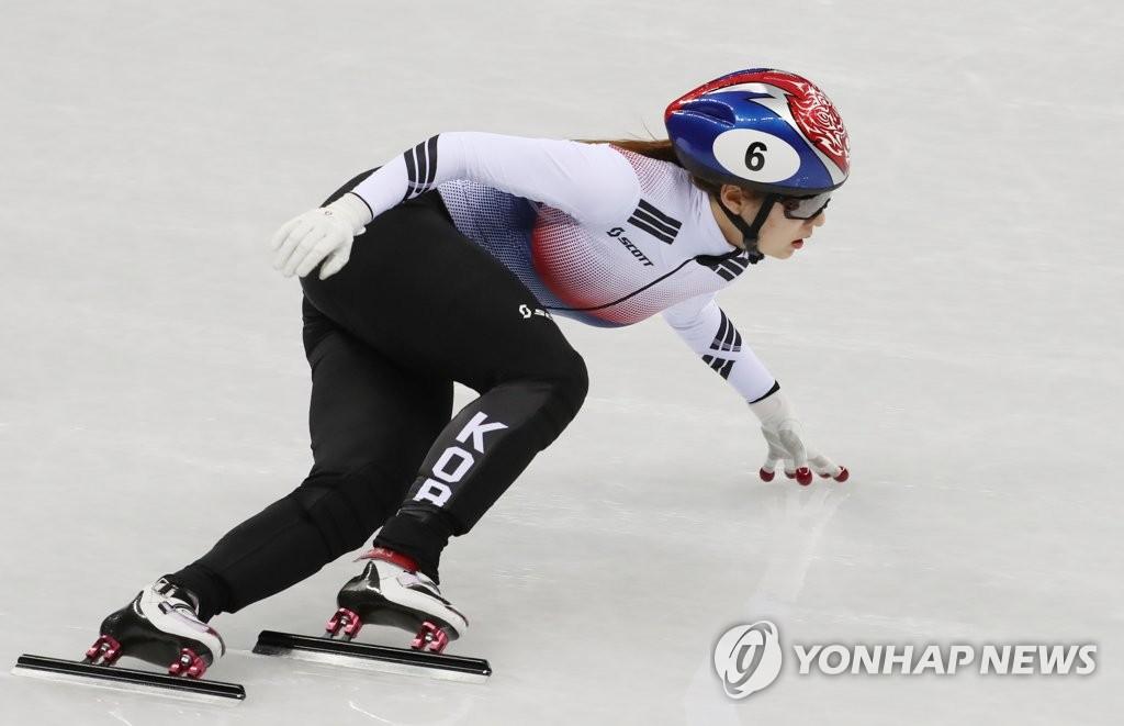 2月10日下午,在江陵冰球中心,崔珉祯全力比赛。(韩联社)