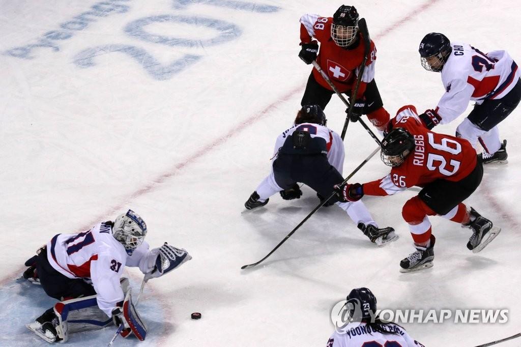 2月10日下午,在江原道关东冰球中心,韩朝冰球联队(白衣)对阵瑞士队。(韩联社)