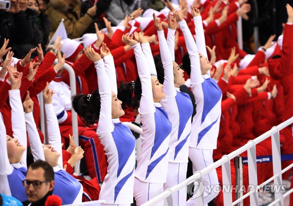 2月10日下午,在江原道关东冰球中心,朝鲜拉拉队为韩朝联队加油助威。(韩联社)