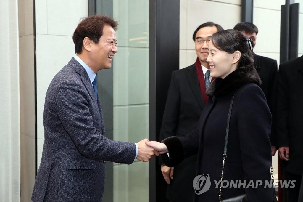 2月11日下午,在首尔一酒店,任钟晳(左)与金与正在晚宴开始前亲切握手。(韩联社/青瓦台提供)