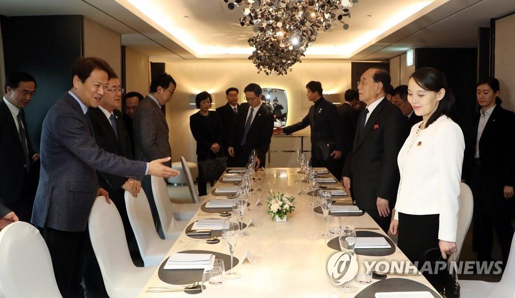 2月11日下午,在首尔一酒店,任钟晳(左)与朝鲜冬奥高官团一行共进晚餐。(韩联社/青瓦台提供)