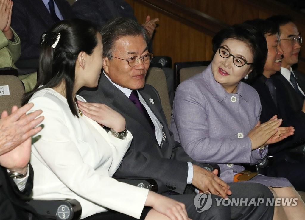 文在寅金与正观看朝鲜艺术团表演