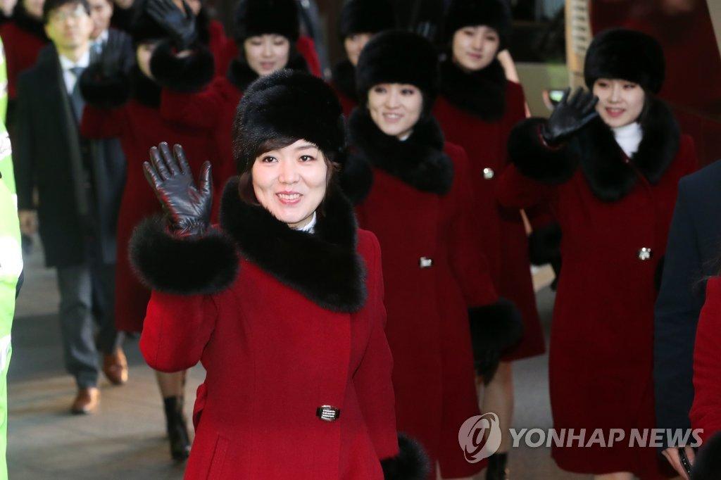 朝鲜艺术团挥手致意