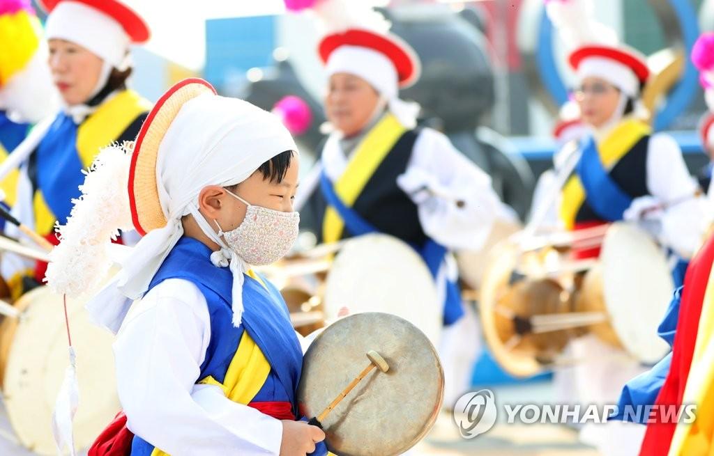"""资料图片:2月14日,韩国传统打击乐表演""""四物游戏""""在江陵火车站附近上演。韩联社"""