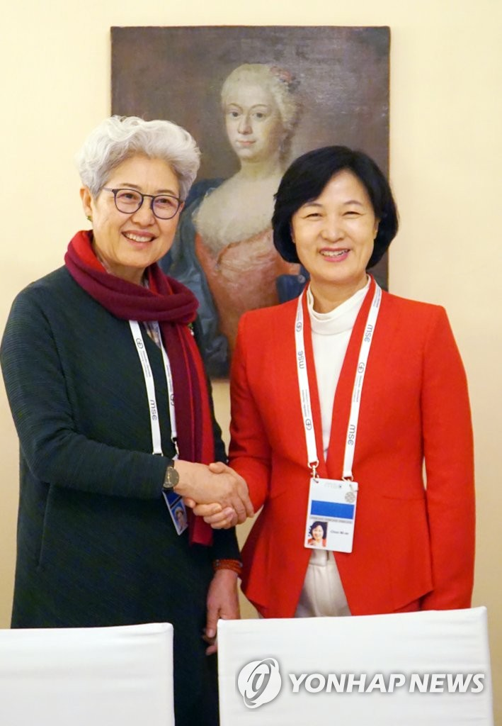 韩执政党党首秋美爱与傅莹会面