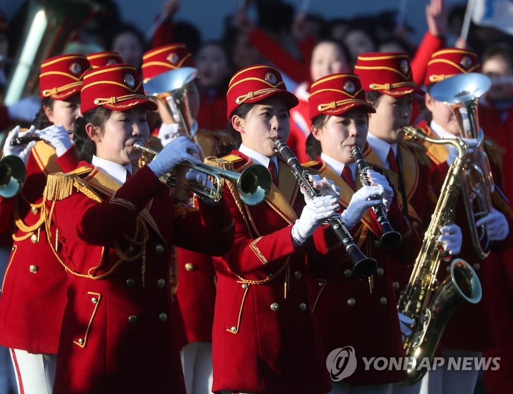 朝鲜拉拉队进行吹奏乐器表演