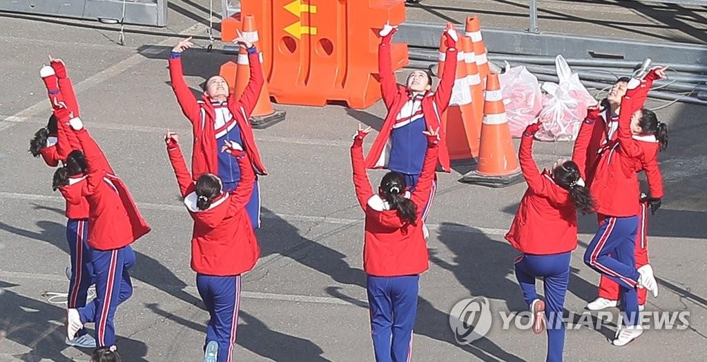 练习韵律操的朝鲜拉拉队员