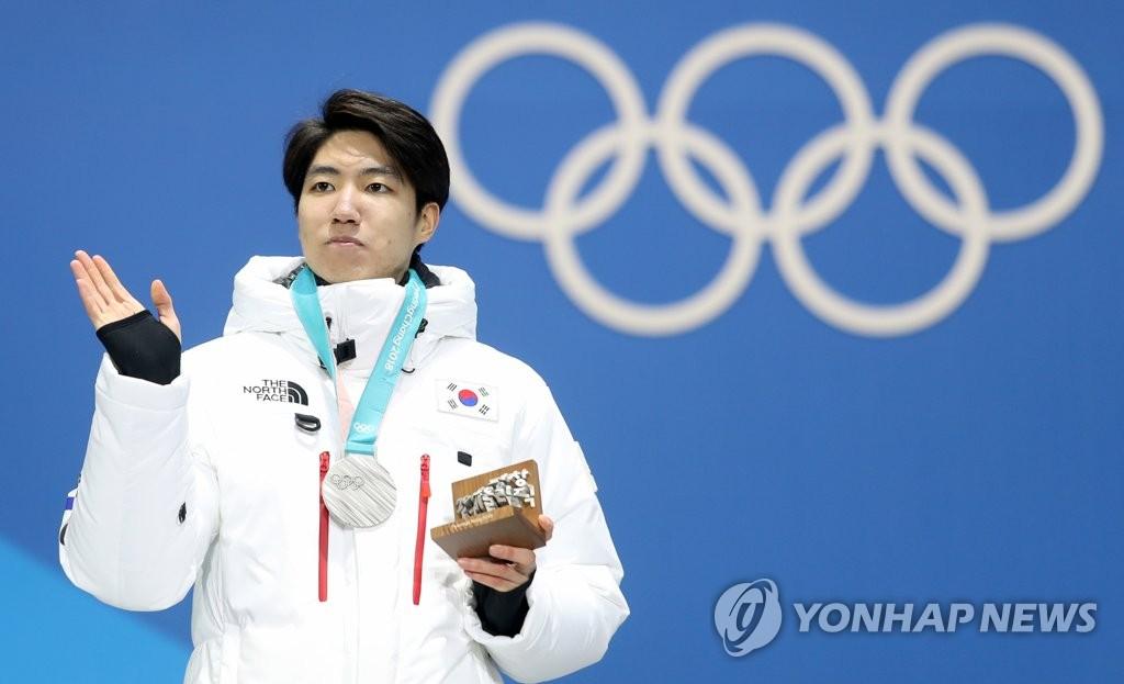 银牌得主车旼奎站在领奖台上