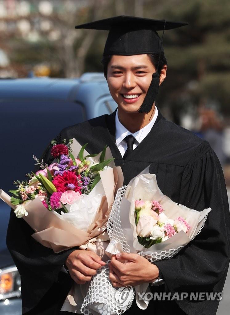 朴宝剑现身毕业典礼帅气阳光