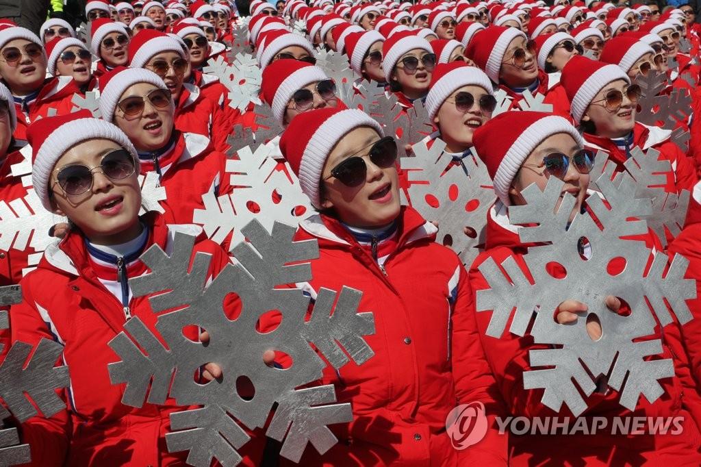 朝鲜拉拉队挥舞雪花热情加油