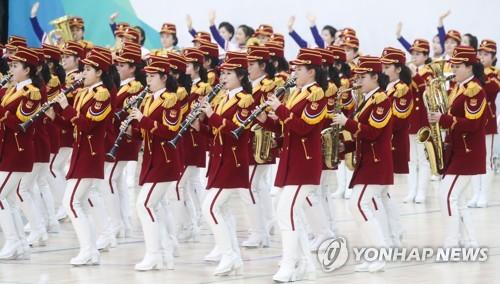 朝鲜拉拉队激情演奏