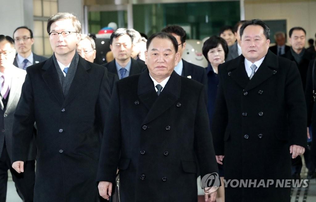2月25日上午,韩国京畿道坡州的都罗山南北出入境事务所,金英哲(中)等朝鲜高官团抵达韩国。(韩联社/联合采访团)