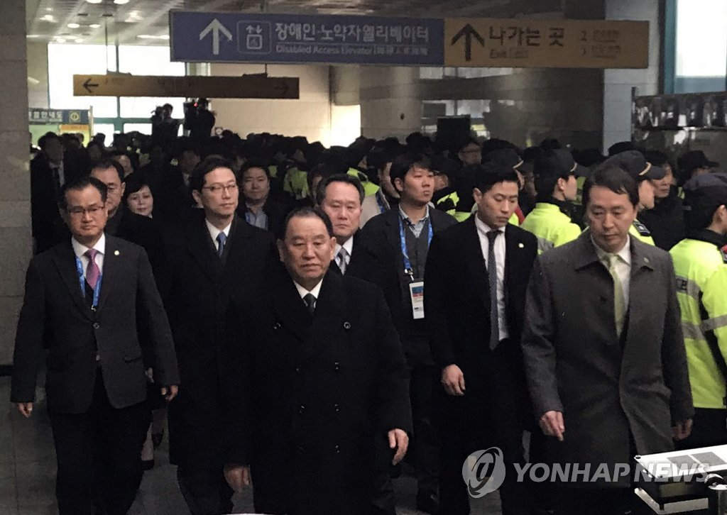 2月25日下午,在位于京畿道南杨州的德沼站,金英哲(左三)等朝鲜高官团正在乘坐奥运高铁。韩联社