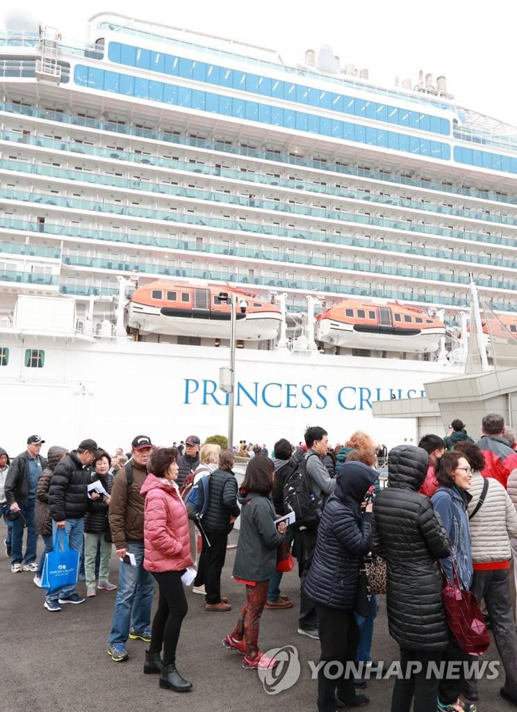 来自中国的邮轮停靠釜山港