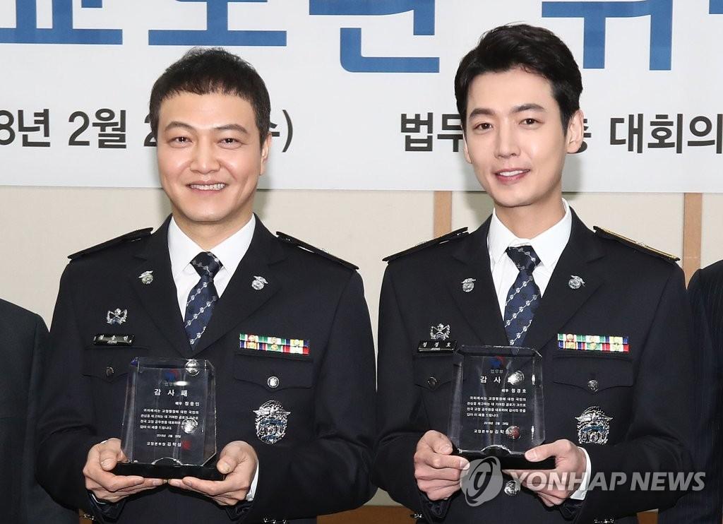 郑雄仁郑敬淏成为荣誉狱警