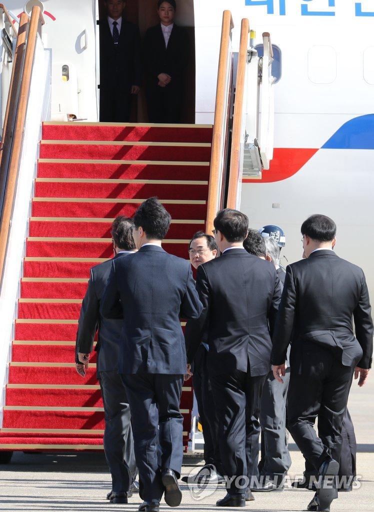 韩特使团登机赴朝