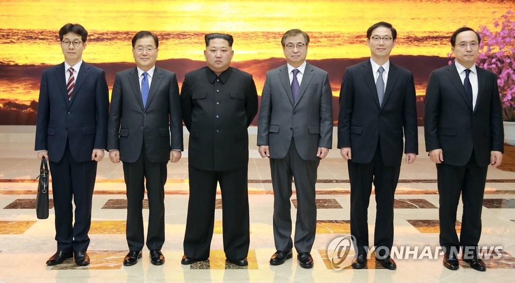 韩总统特使团与金正恩合影