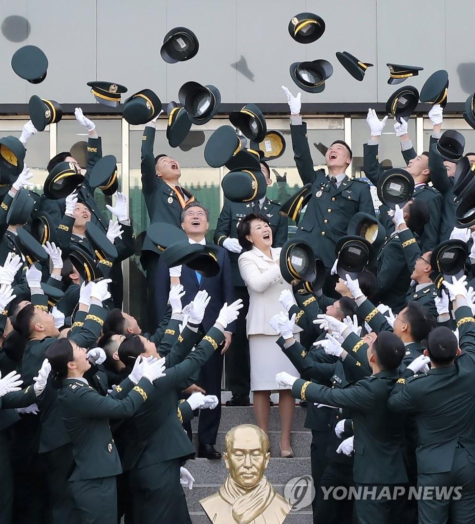 韩总统伉俪出席陆军士官学校授衔仪式