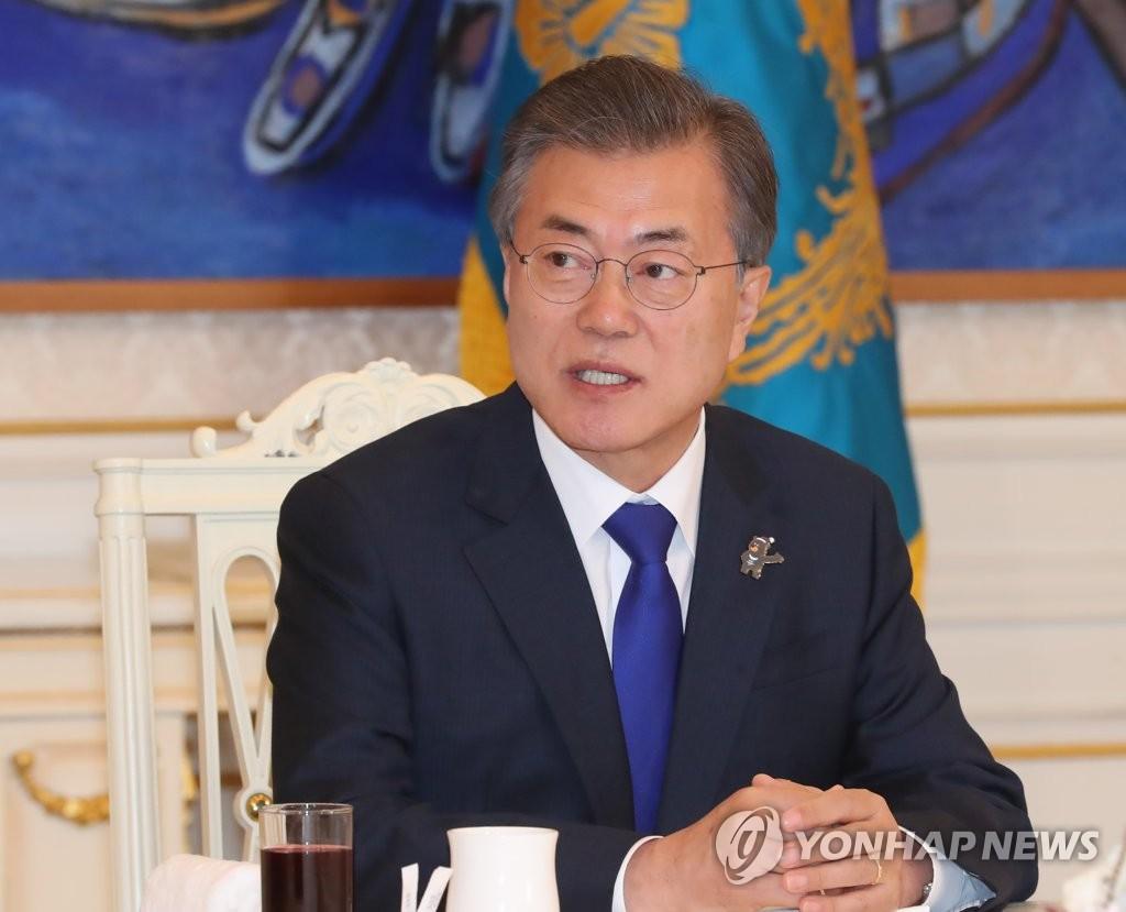 3月7日下午,在青瓦台,文在寅与朝野五党党首会面时发言。(韩联社)