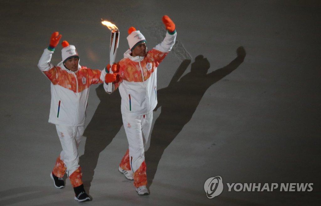 韩朝火炬手共举圣火
