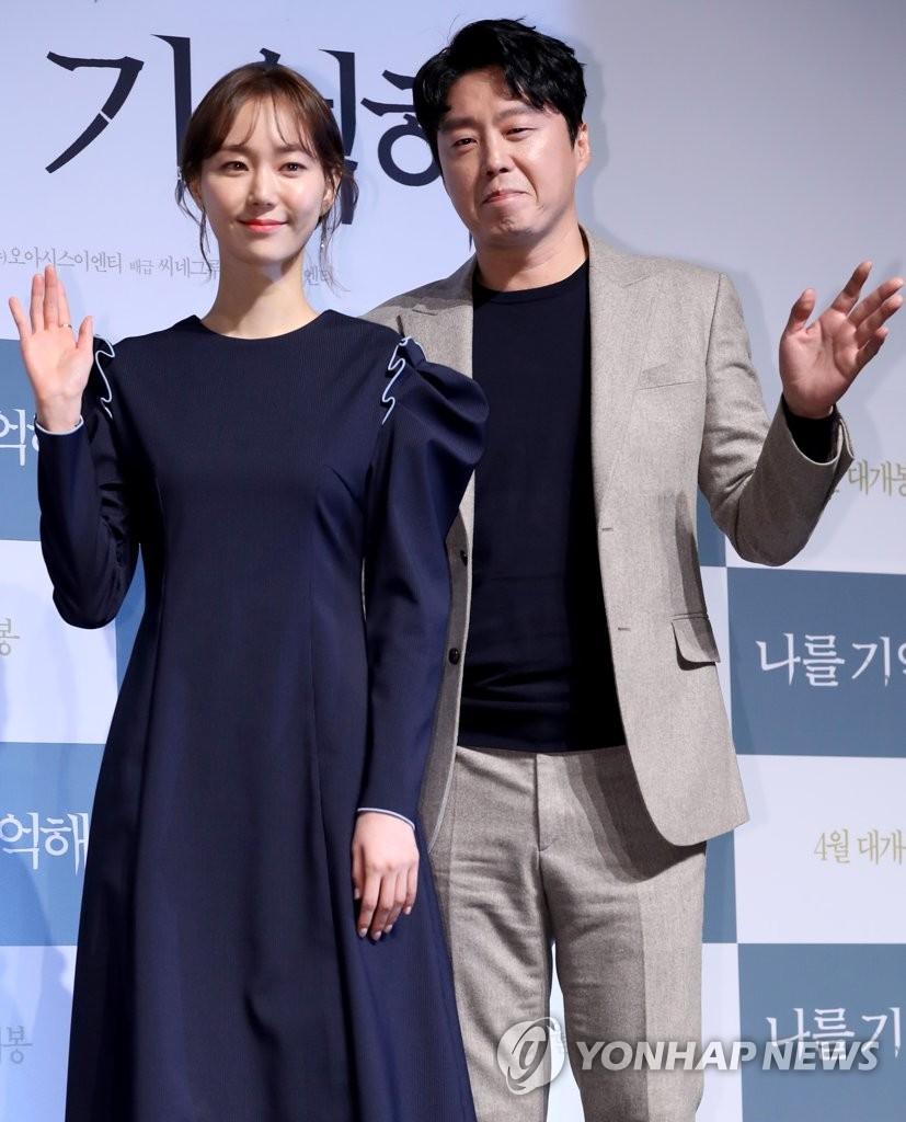 演员李宥英和金熙元