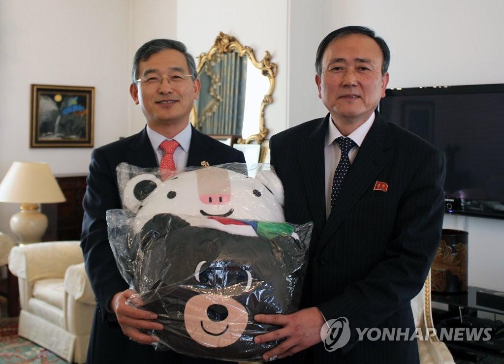 朝鲜大使获赠平昌冬奥吉祥物