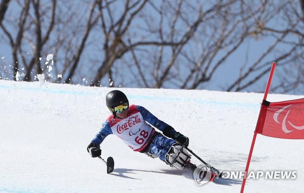 3月13日下午,在江原道旌善高山滑雪中心举行的平昌冬残奥会高山滑雪男子坐式超级大回转项目比赛上,韩国选手正在紧张比赛中。(韩联社)