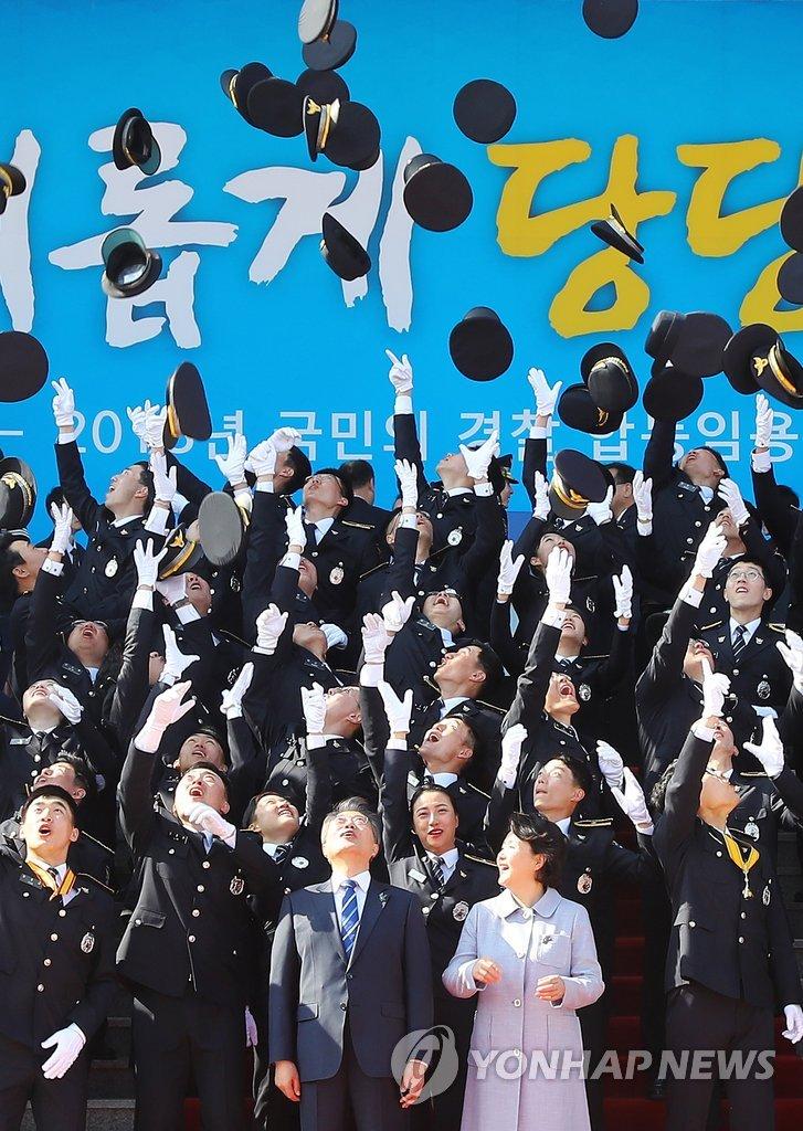 韩国总统夫妇与警校毕业生合影