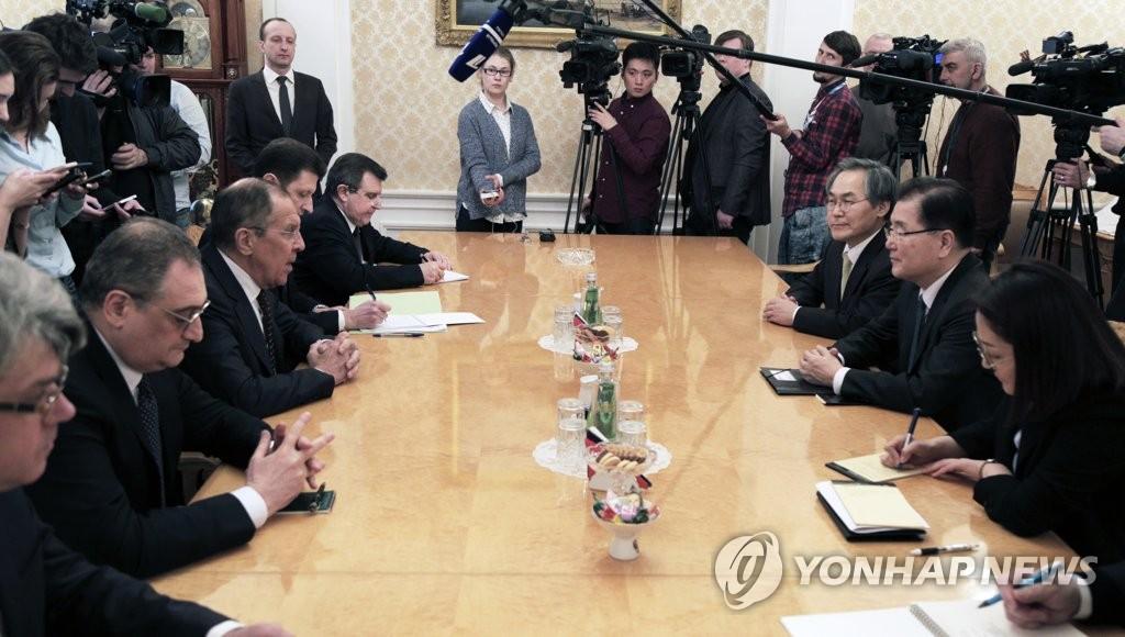 当地时间3月13日,在俄罗斯莫斯科外交部,郑义溶(右二)与拉夫罗夫(左三)举行会谈。(韩联社)