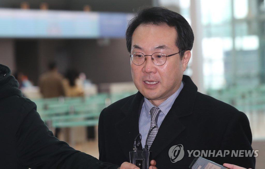 3月14日上午,在韩国仁川国际机场,李度勋启程赴美前接受媒体采访。(韩联社)