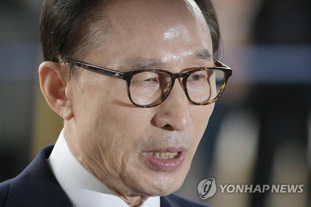 资料图片:3月14日上午,在首尔中央地方法院,李明博出庭发言。(韩联社/韩媒联合记者团)