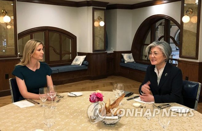 3月15日,在美国华盛顿,康京和与伊万卡共进午餐。(韩联社/外交部推特)