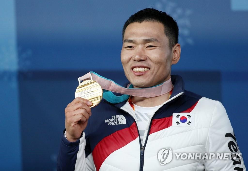 申义贤举金牌露灿烂微笑