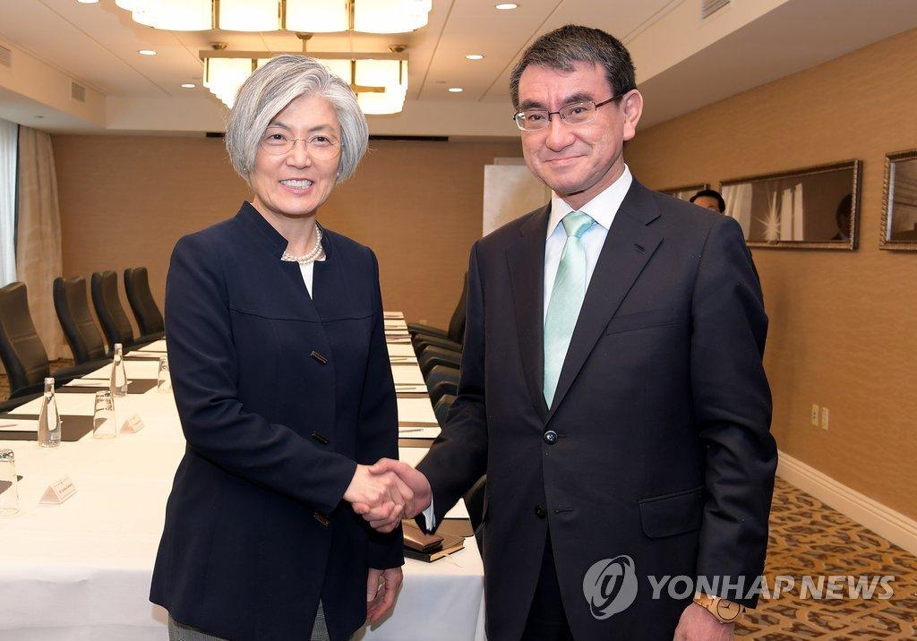 当地时间3月17日,在华盛顿,韩国外交部长官康京和(左)和日本外相河野太郎在会谈前握手合影。(韩联社/韩国外交部提供)