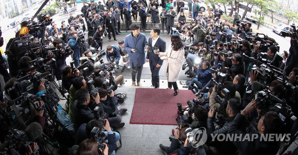 3月19日上午,在位于首尔麻浦区的首尔西部地检,涉嫌性侵的韩国前忠清南道知事(省级行政区首长)安熙正到案,并接受记者团提问。(韩联社)