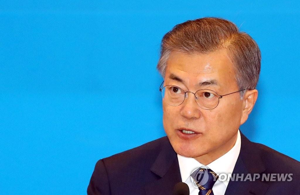 3月19日,在中央政府首尔办公大楼举行的第一届政府改革战略会议上,总统文在寅进行发言。(韩联社)