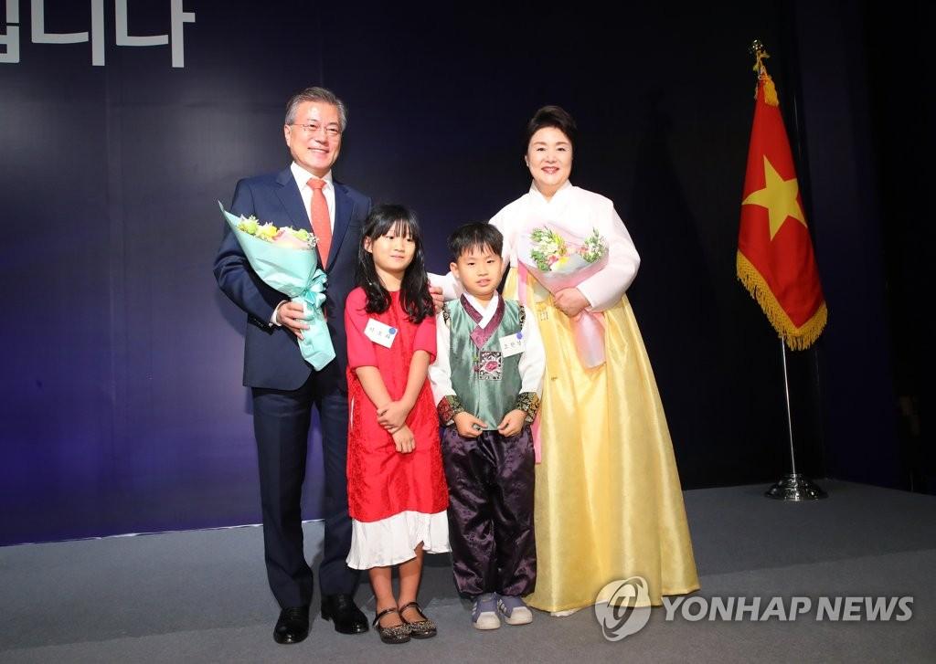 旅越韩侨赠花欢迎文在寅夫妇