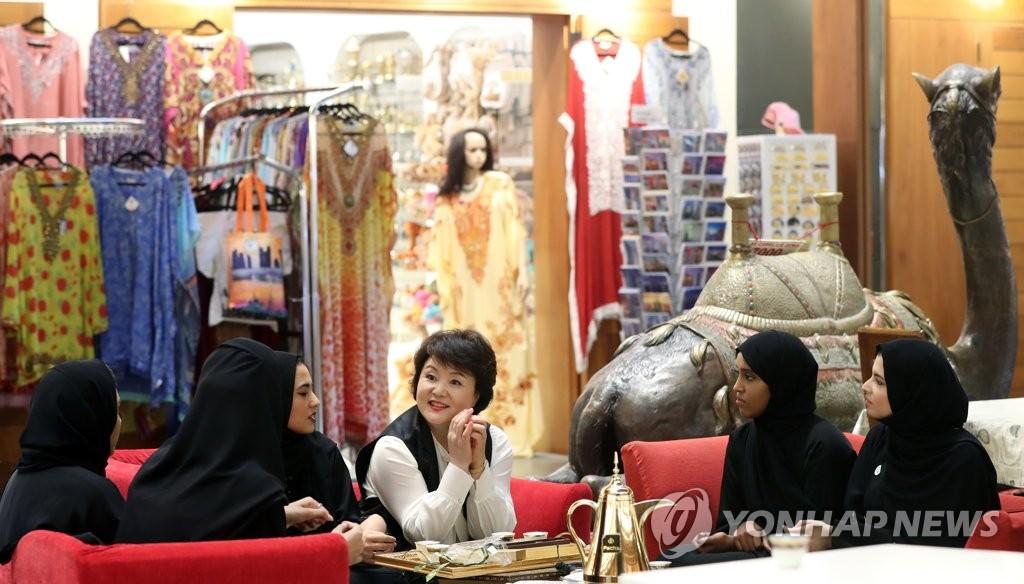 韩总统夫人金正淑走访阿布扎比市场