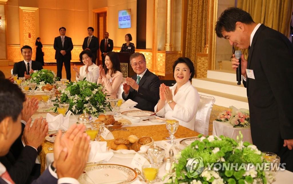 当地时间3月25日,在阿布扎比一家酒店,文在寅伉俪出席侨胞座谈会。(韩联社)